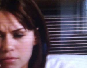 """Żaluzje """"przechodzą"""" na twarz aktorki. To tzw. problem """"line bleed"""""""